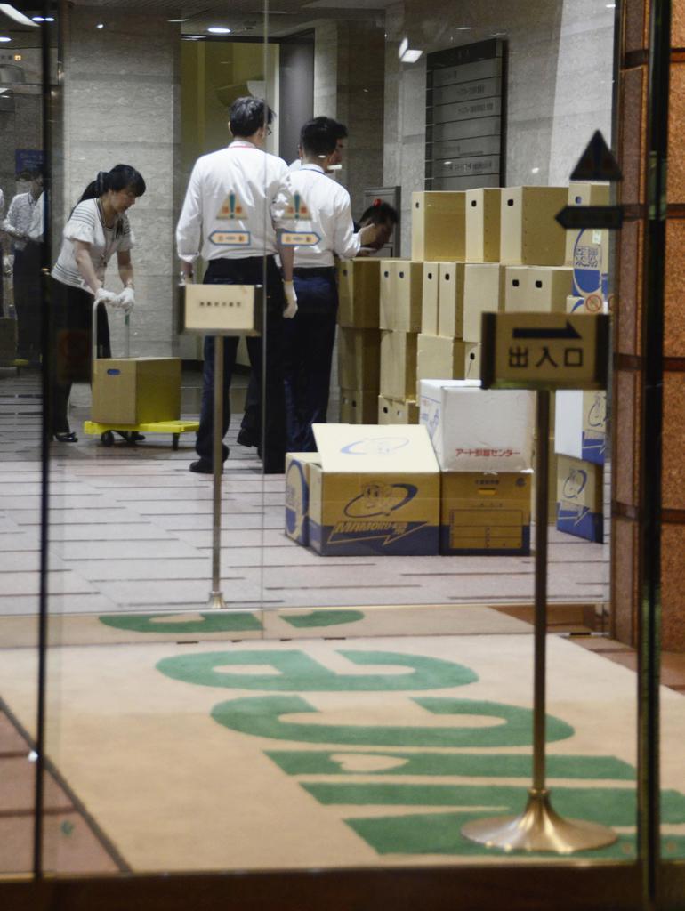 「すてきナイスグループ」本社の家宅捜索で、1階ロビーに積まれた段ボール箱=16日午後9時45分、横浜市鶴見区