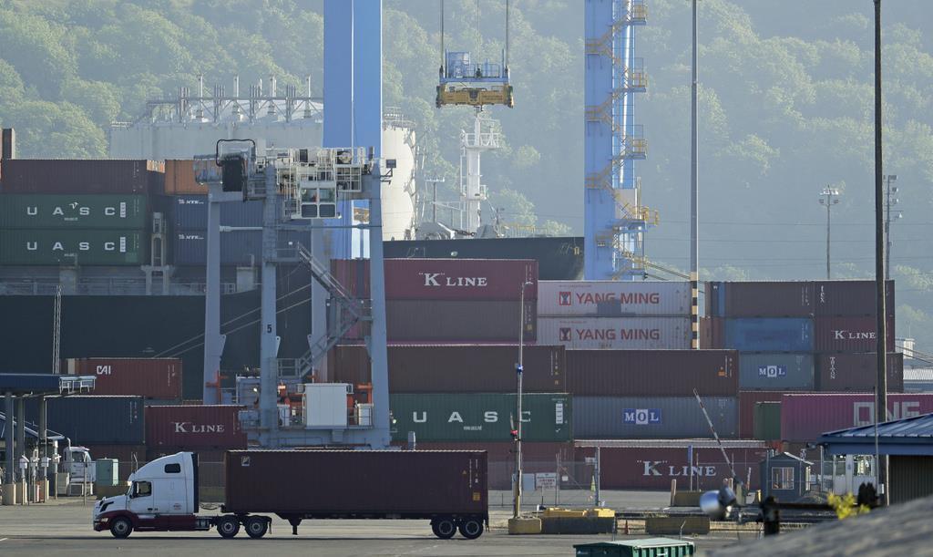 貨物コンテナを積んだトラックが集まる米ワシントン州のタコマ港 (AP)