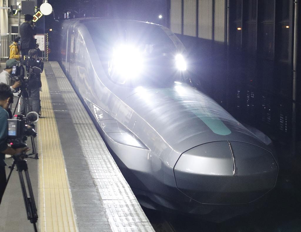 10号車を先頭にJR盛岡駅に入線する、次世代新幹線開発に向けた試験車両「ALFA-X」=16日未明