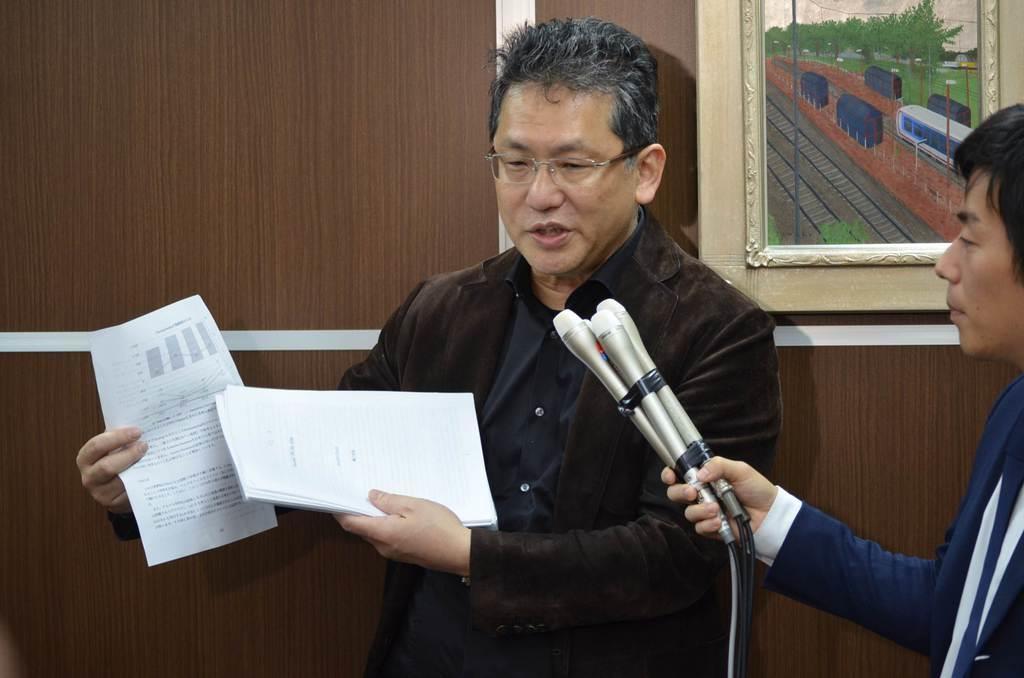 4月18日、報道陣の取材に応じるLIXILグループの瀬戸欣哉取締役=東京都中央区(平尾孝撮影)