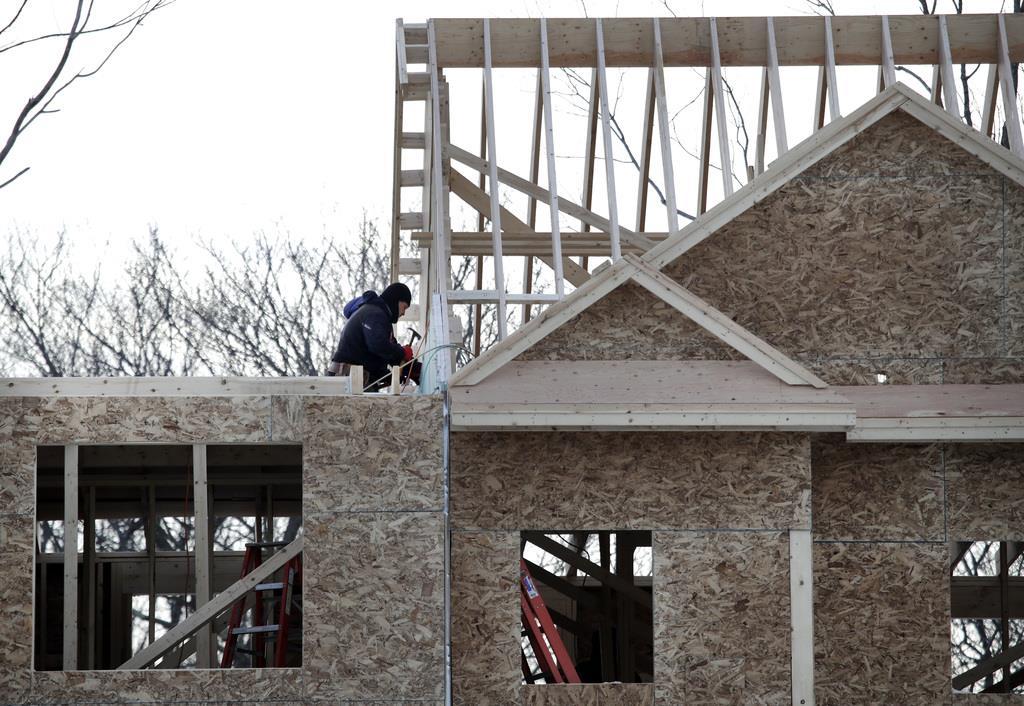 住宅を建設する建築業者。米商務省は16日、4月の住宅着工件数を発表した(AP)