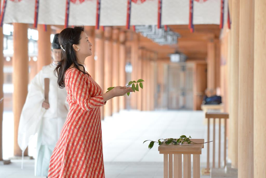 正式参拝する幸田さん。拝殿で榊をささげた