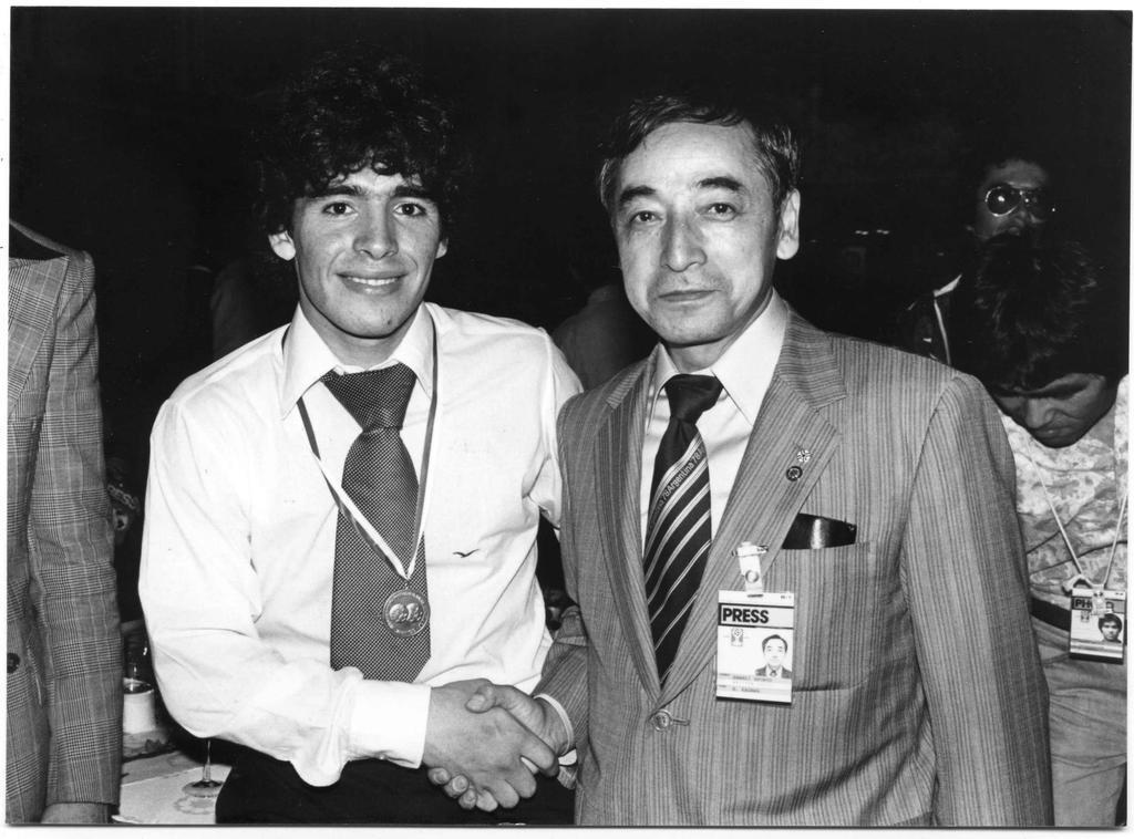 昭和54年、ワールドユースで来日したマラドーナ(左)と握手する。多くの名選手を取材した