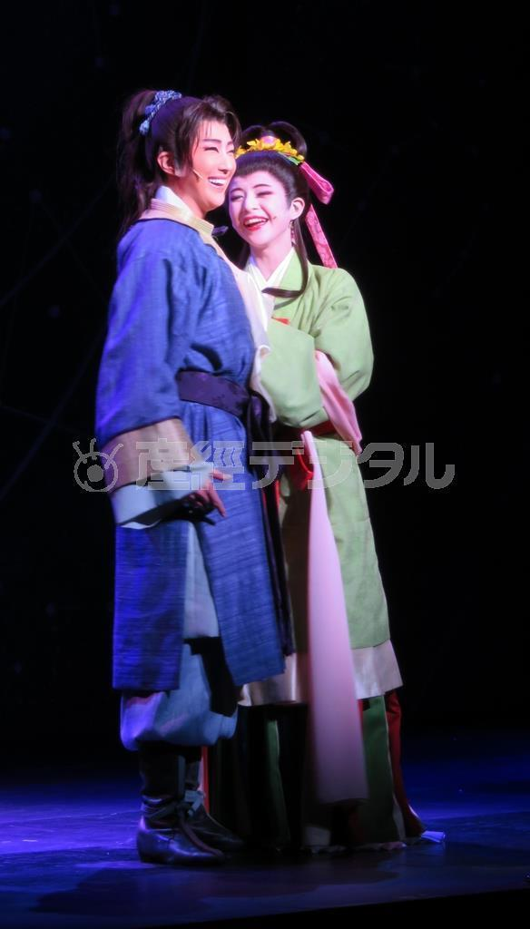 「鎌足」役の星組トップ、紅ゆずる。右は相手役の綺咲愛里