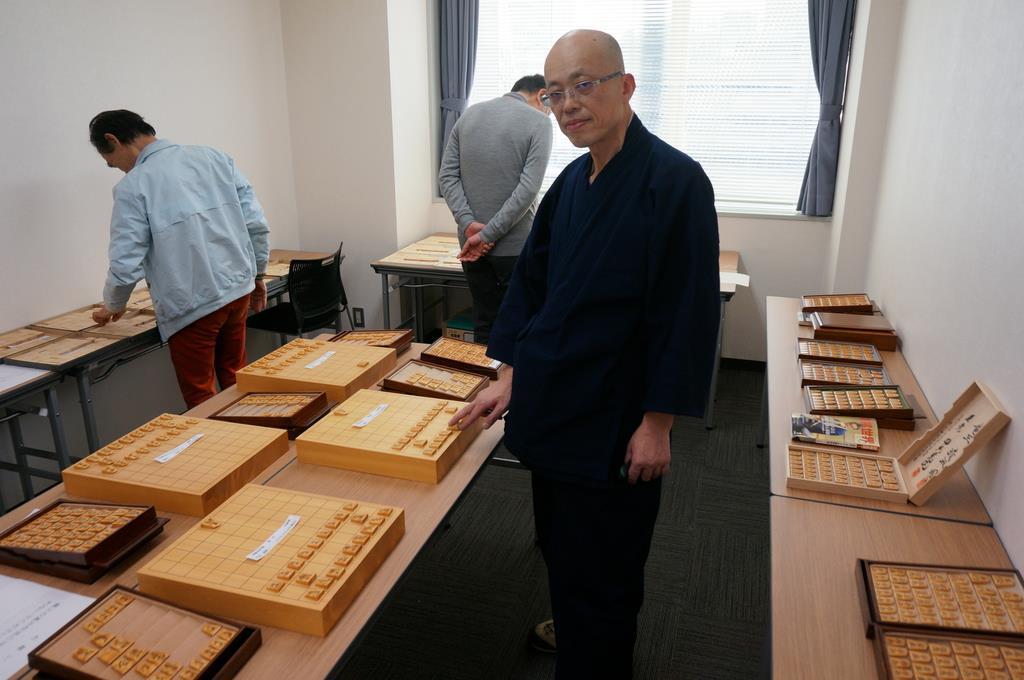 パリで将棋駒の個展を開催する駒師の児玉龍兒さん=4月、名古屋市