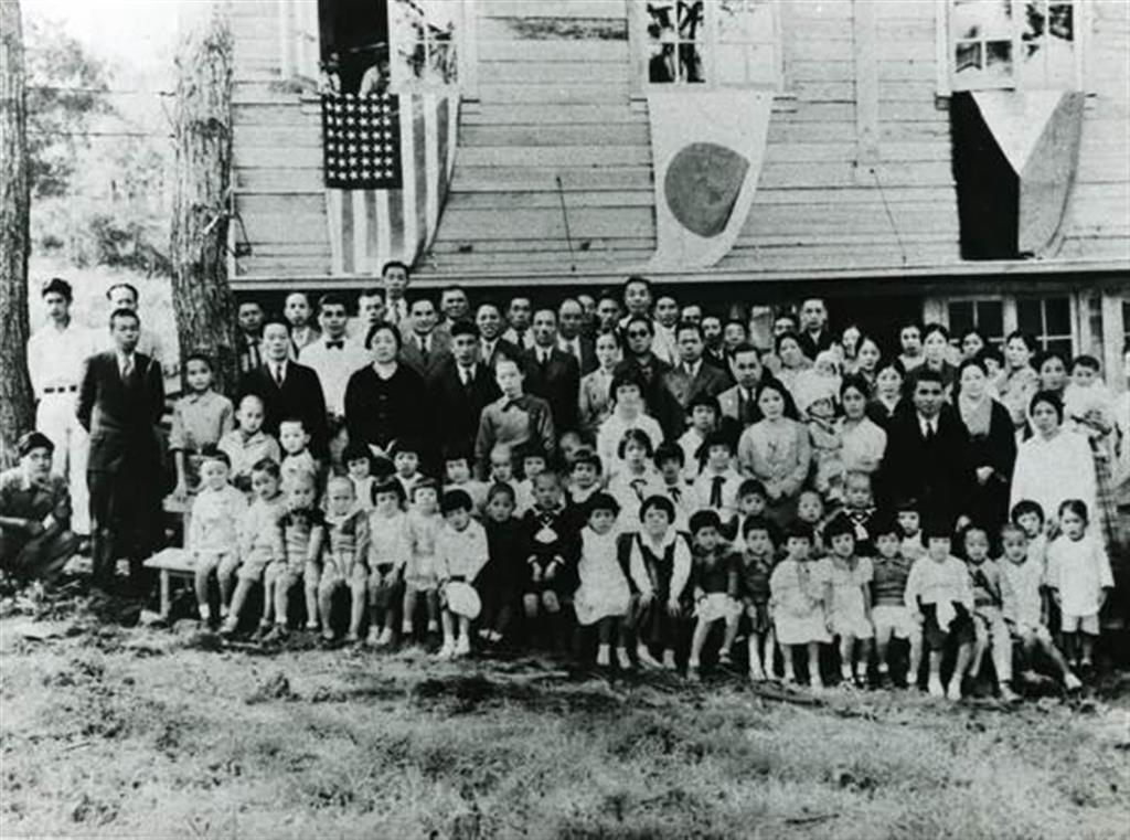 フィリピン・バギオ市の小学校入学式。日米開戦前のためアメリカの星条旗も掲げられている(NPO法人フィリピン日系人リーガルサポートセンター提供)
