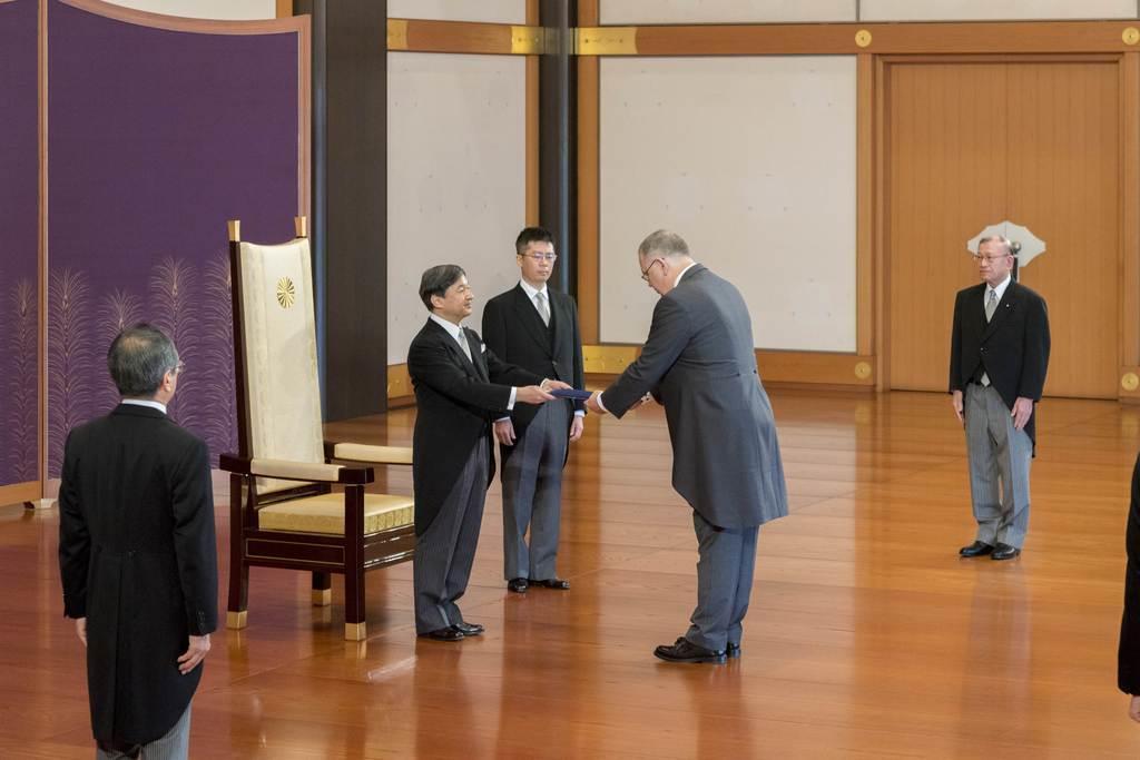 ルクセンブルクの新任駐日大使から信任状を受け取られる天皇陛下=16日午前、皇居・宮殿の「松の間」(宮内庁提供)