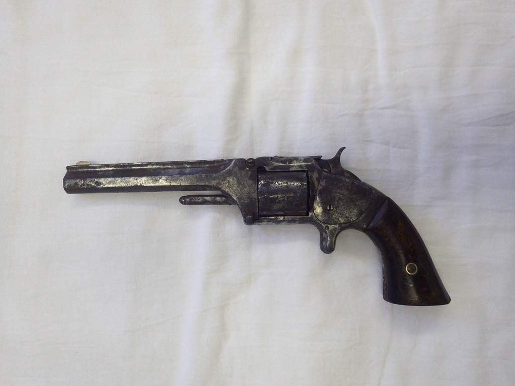 群馬県下仁田町歴史館が展示する拳銃(同館提供)