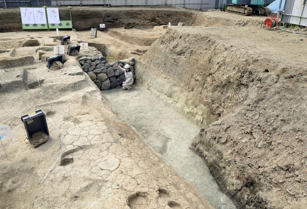 京都市東山区で見つかった、平安時代末期の武家屋敷の遺構とみられる堀跡=16日午後