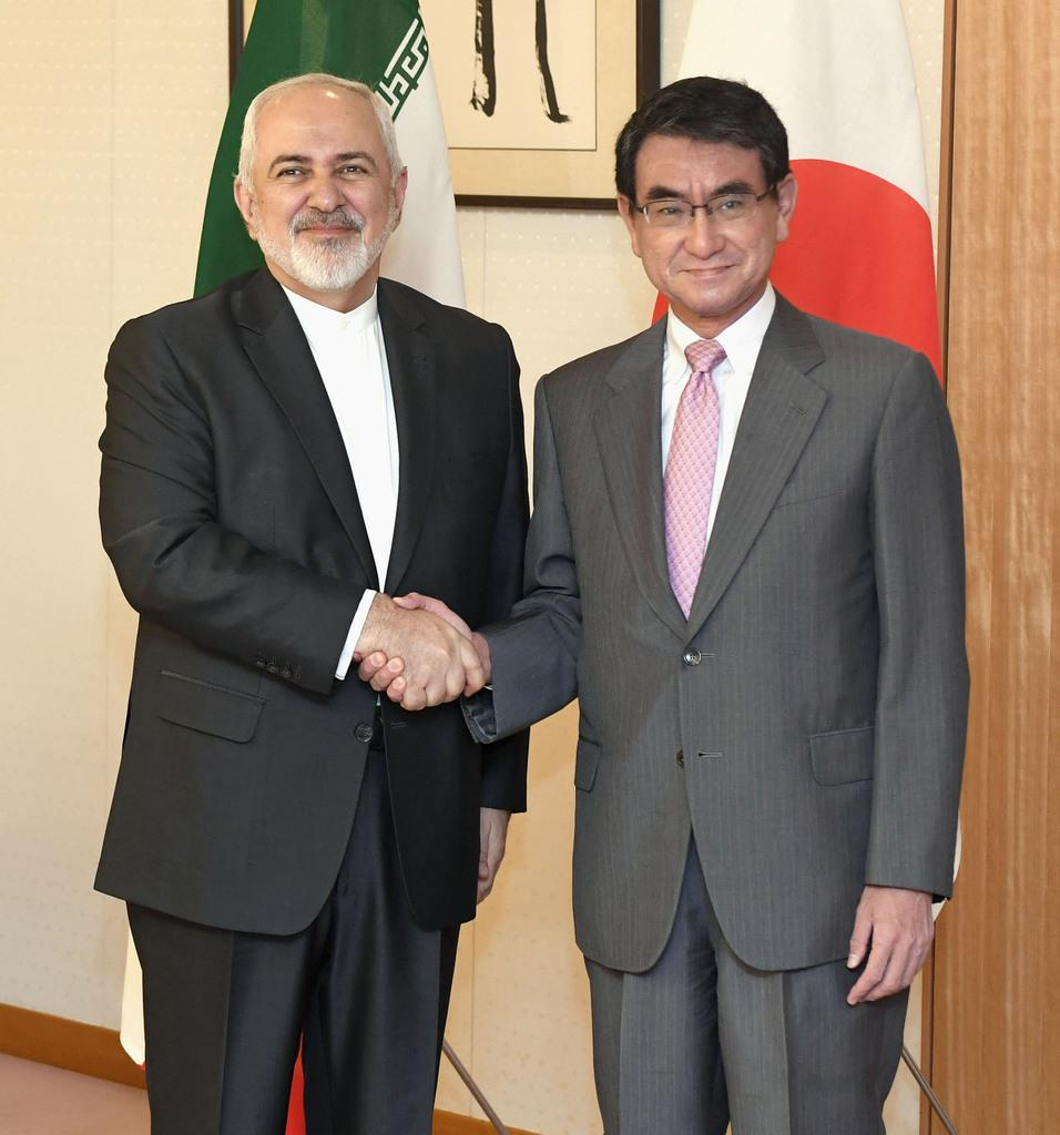 会談を前に握手する河野外相(右)とイランのザリフ外相=16日午前、外務省
