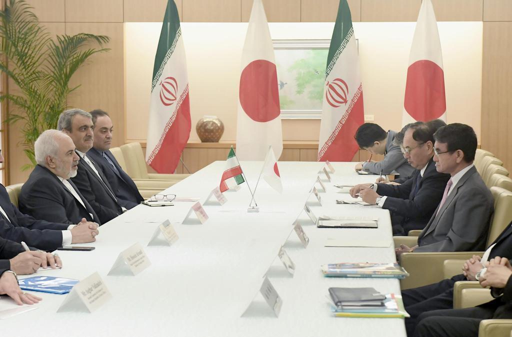 イランのザリフ外相(左端)と会談する河野外相(右端)=16日午前、外務省