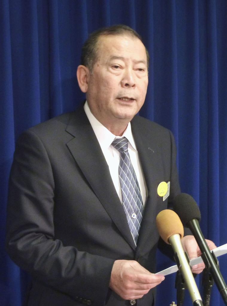 15日、ワシントンで米政府関係者らとの会談後、取材に応じる沖縄県宜野湾市の松川正則市長(共同)