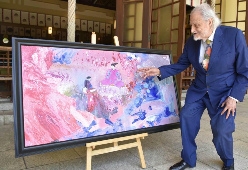 楠木正成親子の愛情を描いた作品を説明するマークエステルさん=神戸市中央区