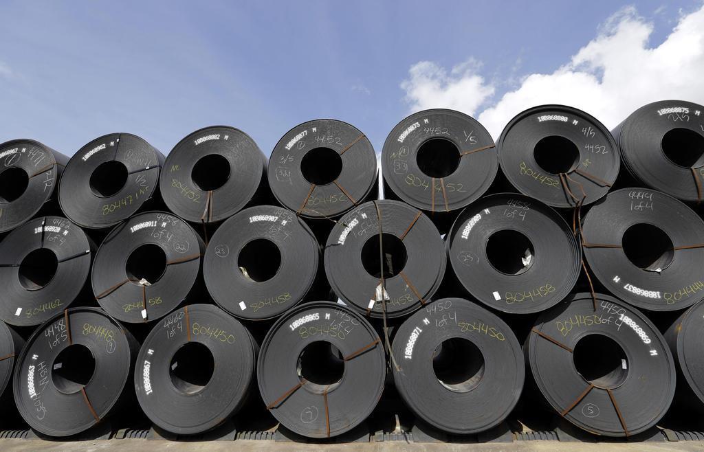 積み上げられた鉄鋼製品=2018年6月、米テキサス州ベイタウン(AP)