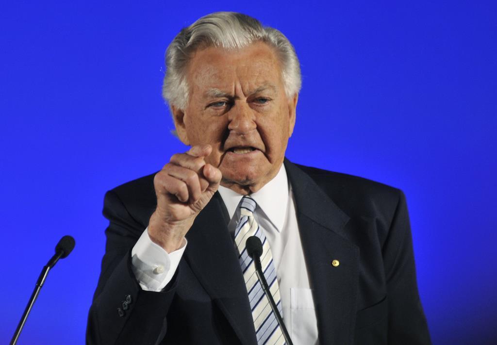 オーストラリアの労働党の選挙キャンペーンに登壇したボブ・ホーク元首相=2010年8月、オーストラリア・ブリスベン(AP)