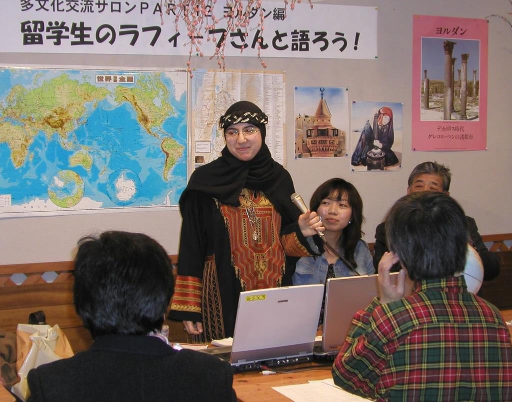 留学生(中央)をゲストに招いての多文化交流サロン