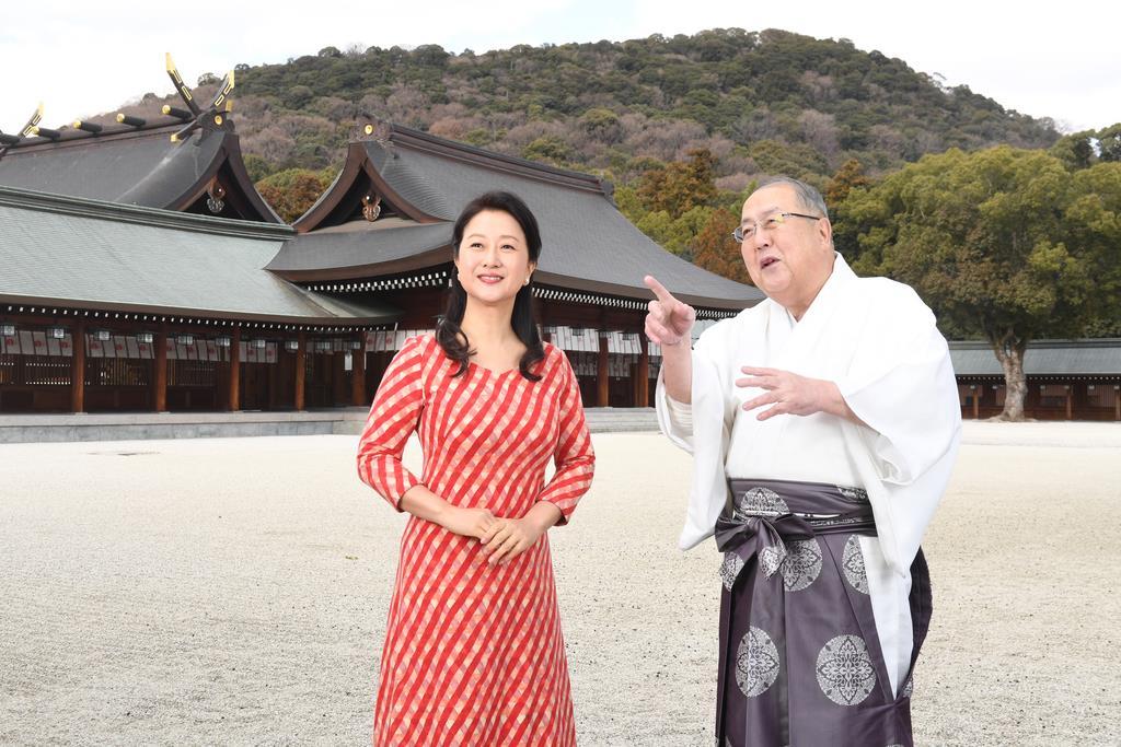 橿原神宮を訪ねたオペラ歌手の幸田浩子さん(左)。右は久保田昌孝宮司=奈良県橿原市(安元雄太撮影)