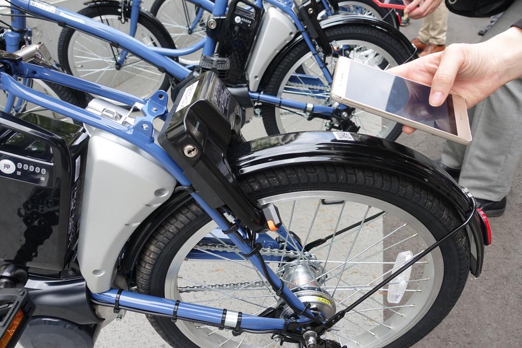 パナソニックの電動アシスト付きIoTシェアサイクル。スマートフォンのアプリを利用し、自転車側のバーコードを読み取ることで解錠できる =16日、横浜市港北区(撮影・産経デジタル 後藤恭子)