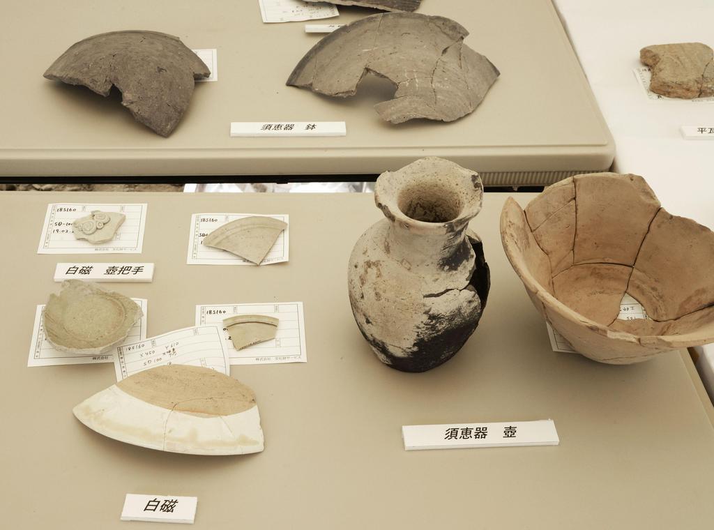 堀跡から出土した白磁の器のかけらなど=16日午後、京都市東山区