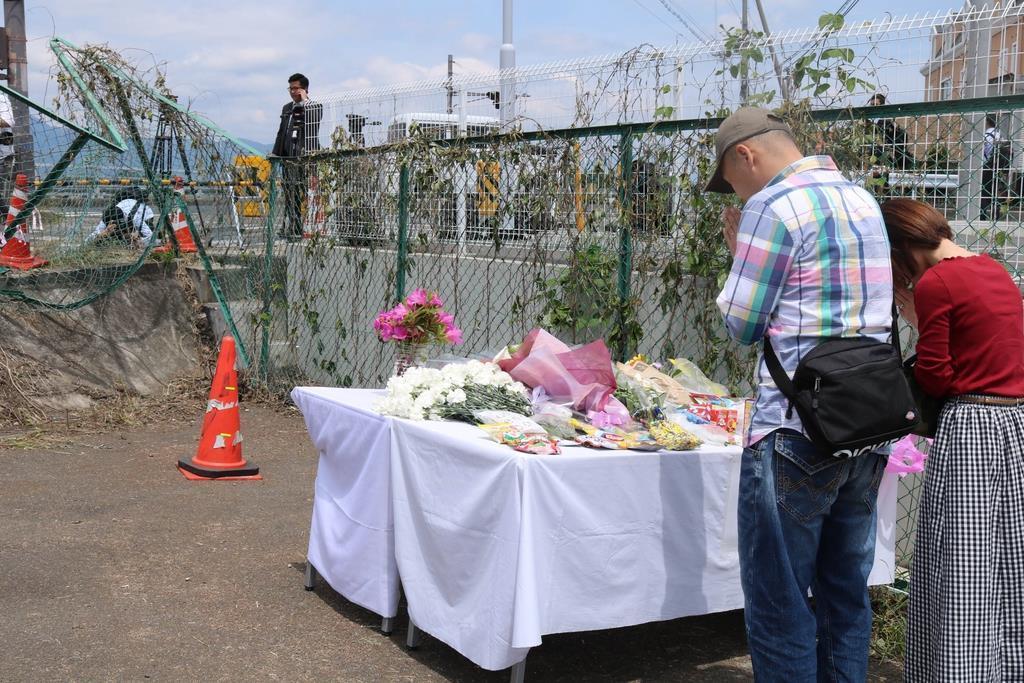 園児死亡事故現場近くの献花台には手を合わせる人の姿も=15日、大津市