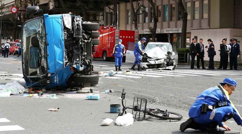 4月19日、東京都豊島区南池袋で起きた事故で、現場検証する捜査員ら=東京都豊島区(佐藤徳昭撮影)