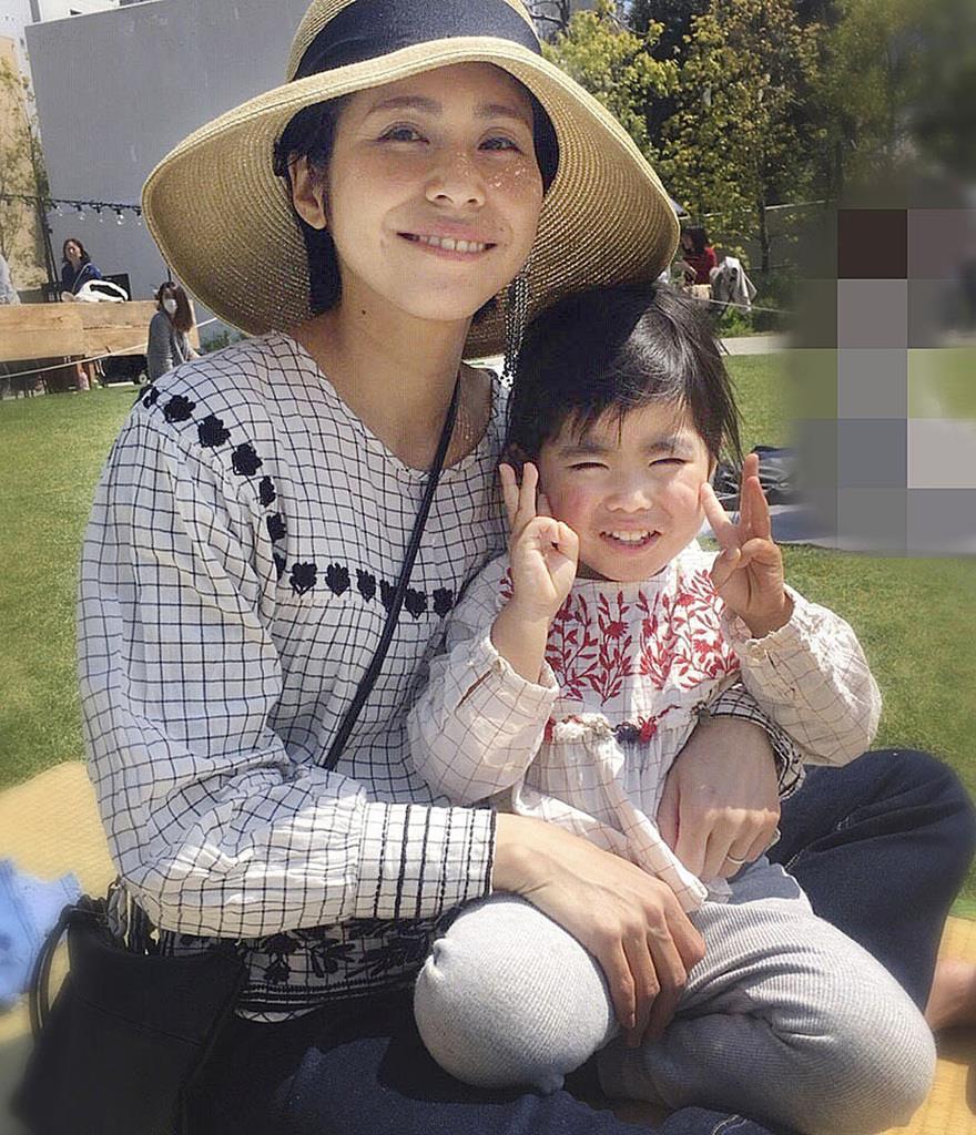 東京・池袋で乗用車が暴走した事故で、亡くなった松永真菜さんと長女の莉子ちゃん=4月6日(遺族提供、画像の一部をモザイク加工しています)