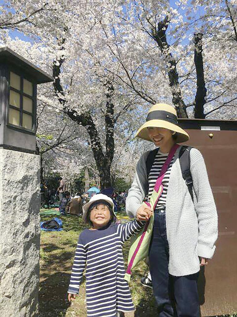 東京・池袋で乗用車が暴走した事故で、亡くなった松永真菜さんと長女の莉子ちゃん=4月4日(遺族提供)