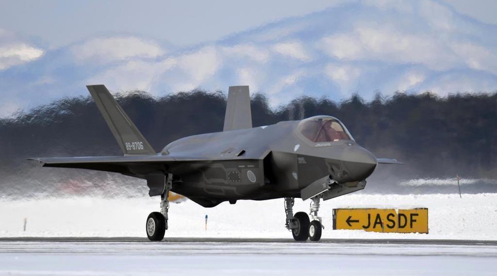 航空自衛隊三沢基地に着陸したF35A戦闘機=2018年1月26日、青森県三沢市(酒巻俊介撮影)