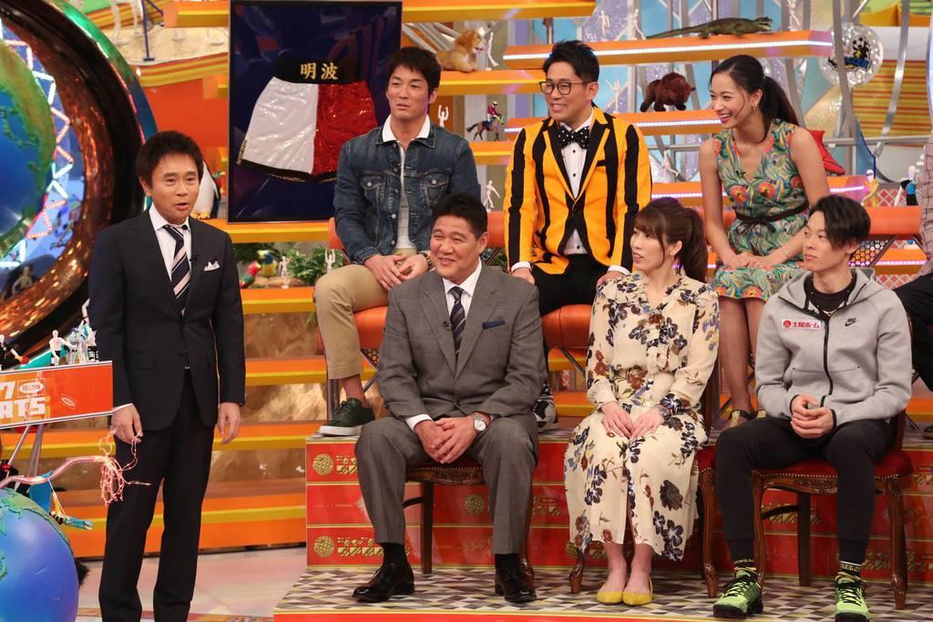 浜田雅功(左)のトークに思わず笑みを見せる斎藤雅樹(前列左)、吉田沙保里(同2人目)ら(C)フジテレビ