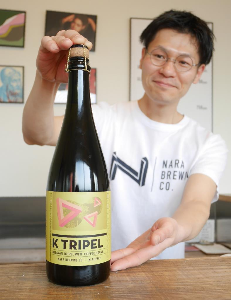 シャンパンボトルで販売しているコーヒービール「ケートリペル」=奈良市