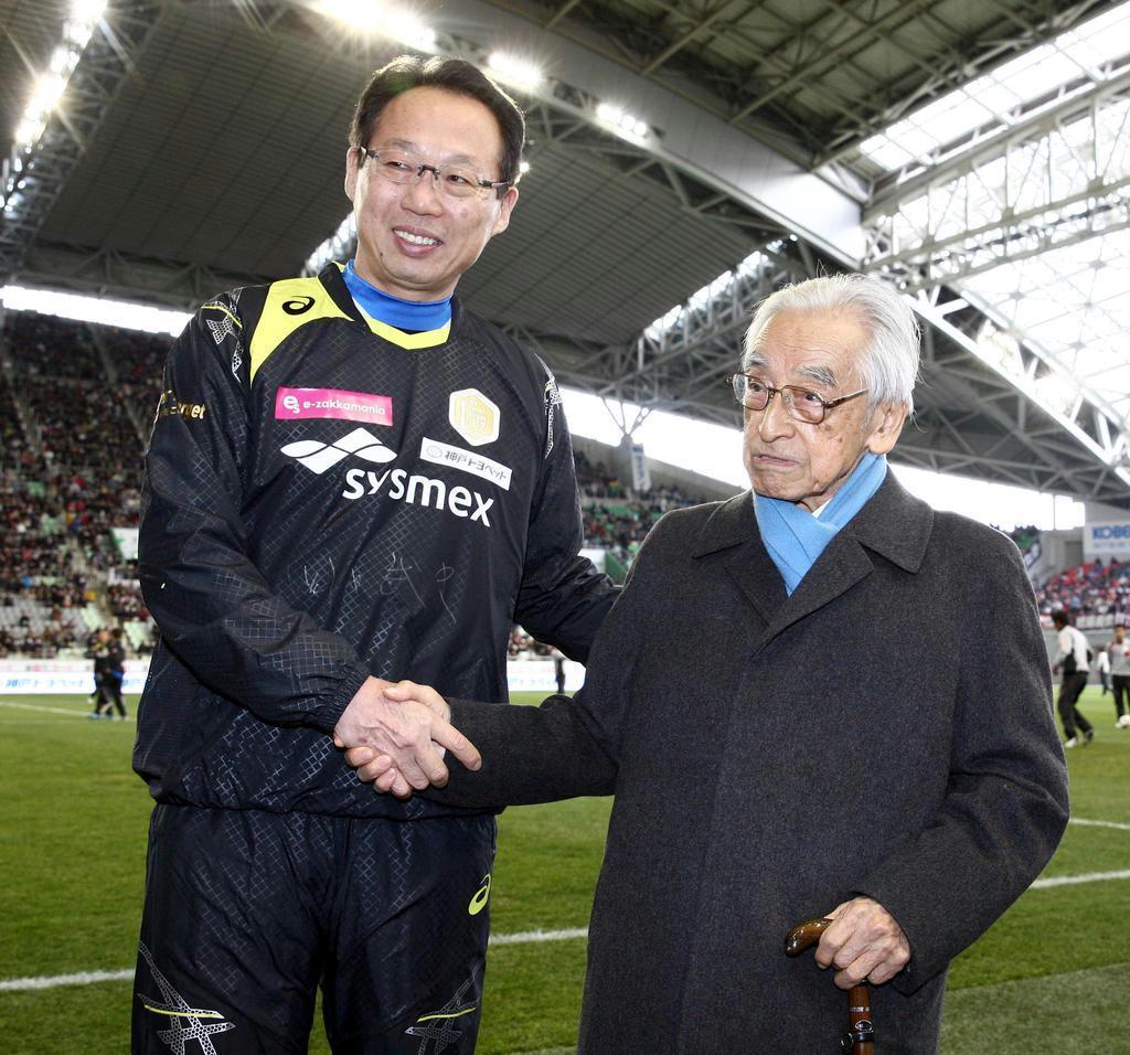 元日本代表監督の岡田武史氏(左)と =平成27年1月(山田喜貴撮影)