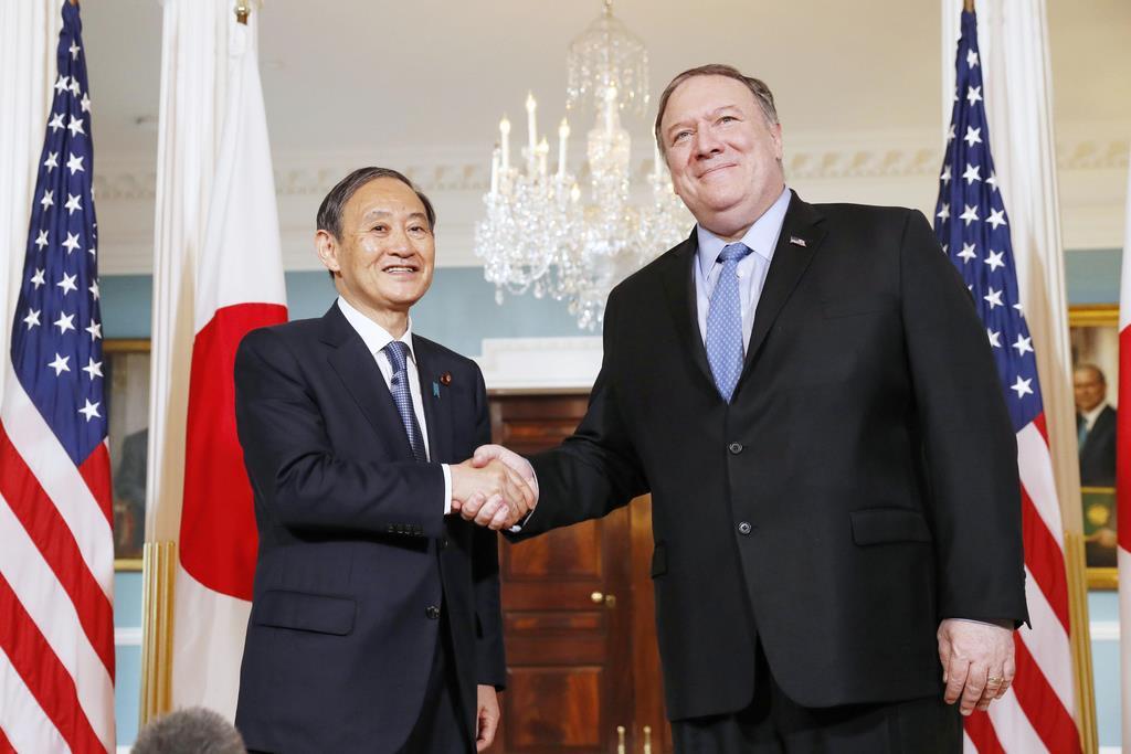 会談前にポンペオ国務長官(右)と握手する菅義偉官房長官=5月9日、米ワシントンの国務省(共同)