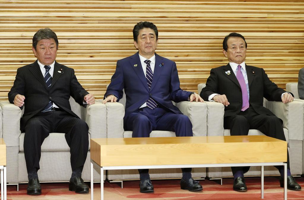 閣議に臨む(左から)茂木経済再生相、安倍首相、麻生財務相=17日午前、首相官邸