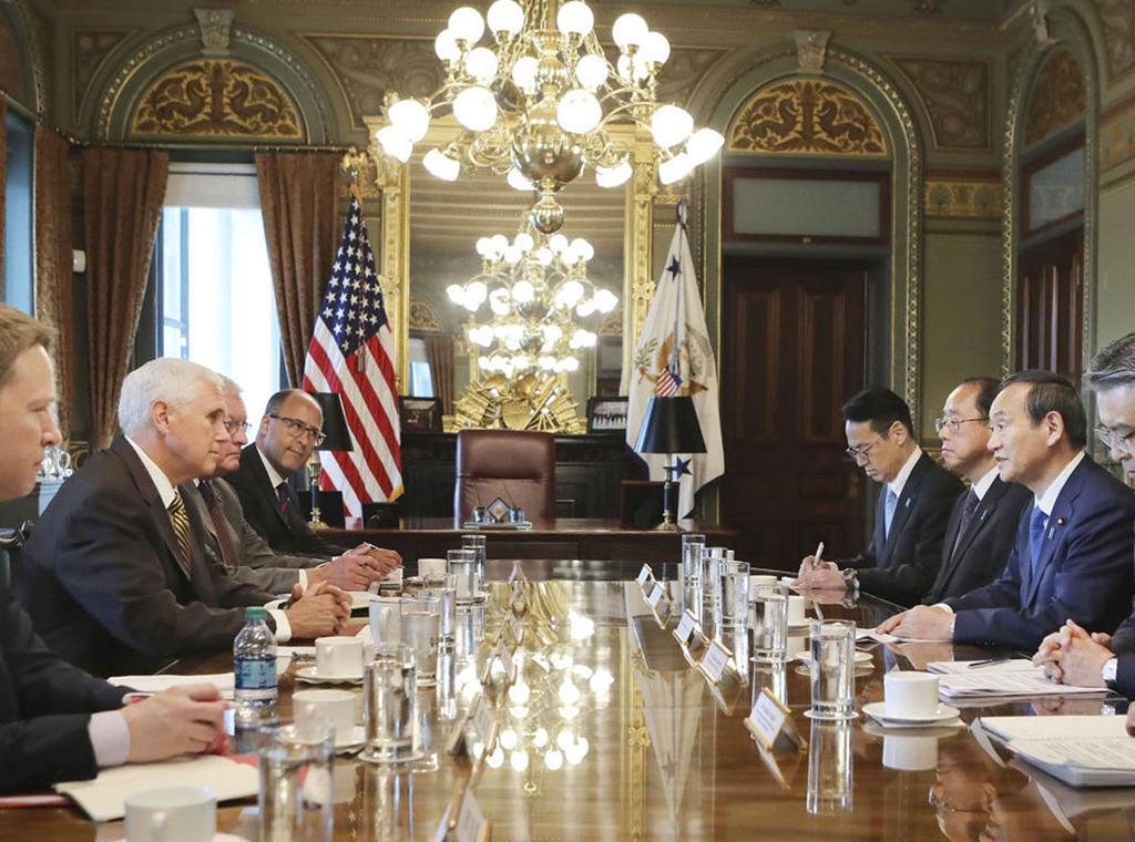 米ワシントンのホワイトハウスでペンス副大統領(左から2人目)と会談する菅義偉官房長官(右から2人目)=5月10日(在米国日本大使館提供・共同)