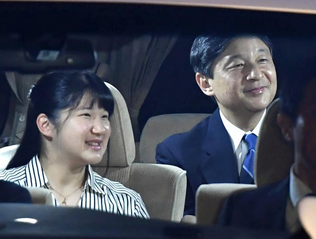 上皇ご夫妻と夕食をともにするため、車で皇居に入られる天皇陛下と長女の敬宮愛子さま。皇后さまも同乗されていた=11日、半蔵門(川口良介撮影)