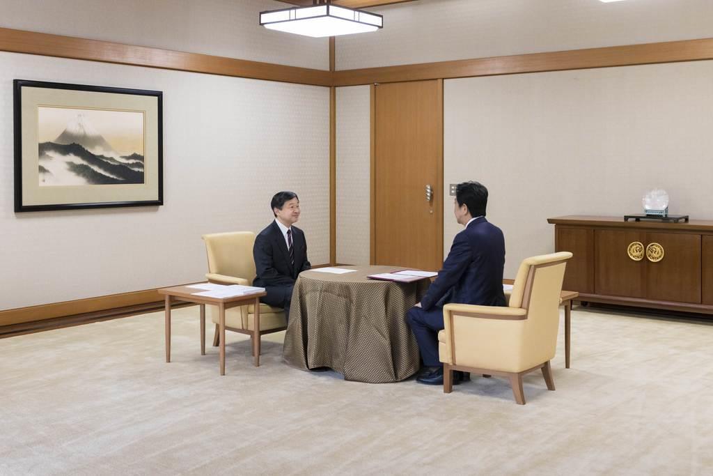 安倍晋三首相から「内奏」を受けられる天皇陛下=14日、皇居・宮殿「鳳凰の間」(宮内庁提供)