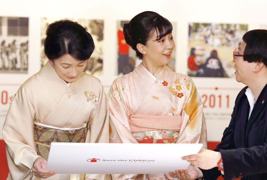 「セーブ・ザ・チルドレン」の活動を紹介する展示を見学される秋篠宮妃紀子さまと次女佳子さま=13日、東京都港区