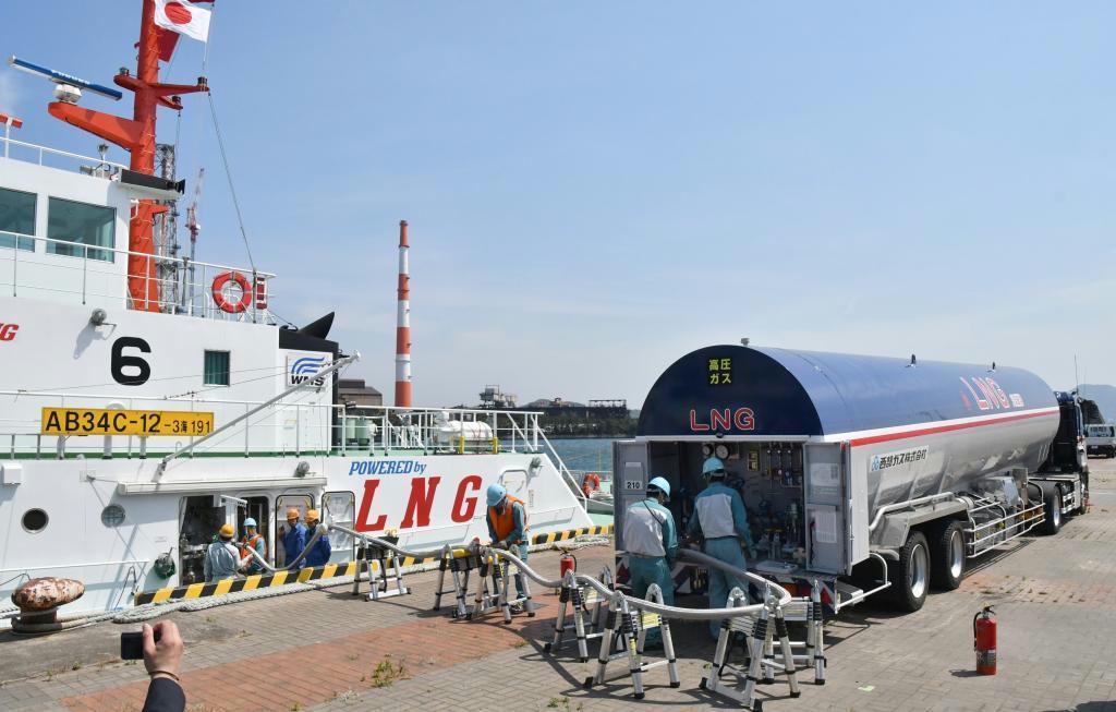 北九州港で公開されたタンクローリーから船へLNG燃料を送り込む作業