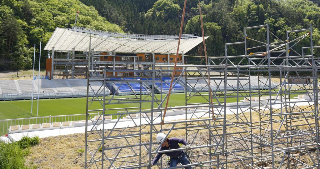 仮設スタンドの設営状況が公開された、釜石鵜住居復興スタジアム=17日午前、岩手県釜石市