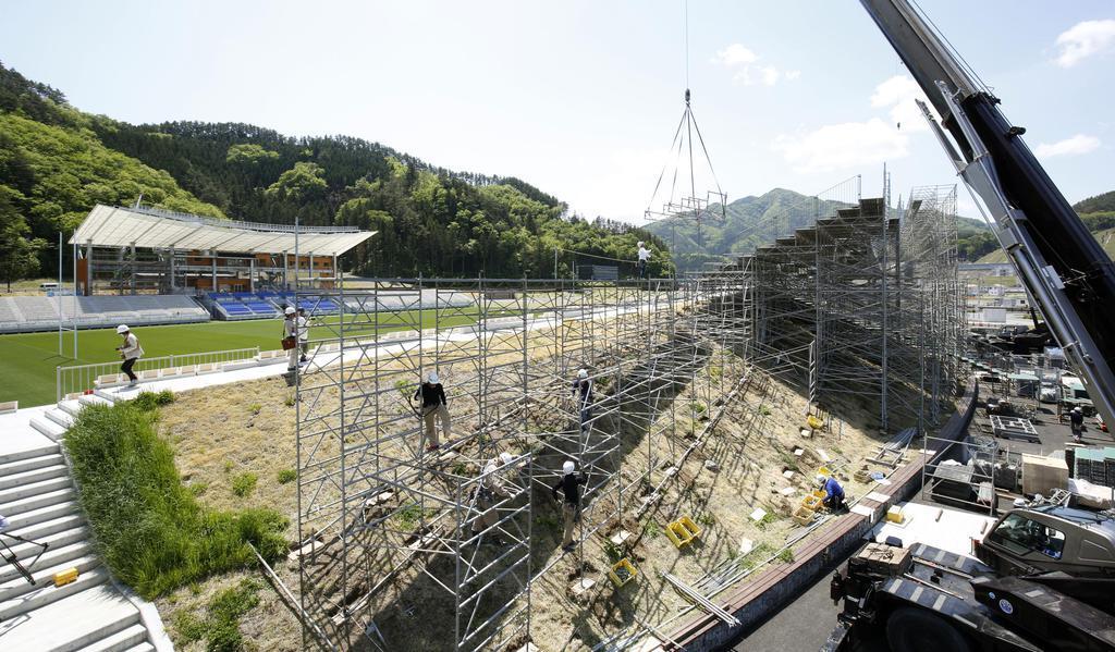 仮設スタンドの設営状況が公開された「釜石鵜住居復興スタジアム」=17日午前、岩手県釜石市