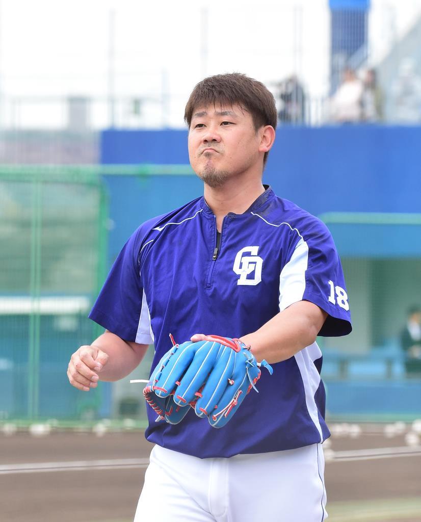 ナゴヤ球場のブルペンで立ち投げをした中日・松坂大輔=ナゴヤ球場(林俊志撮影)