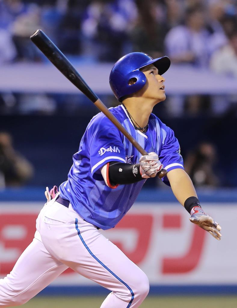 三回、適時二塁打を放つDeNAの神里和毅=神宮球場(長尾みなみ撮影)