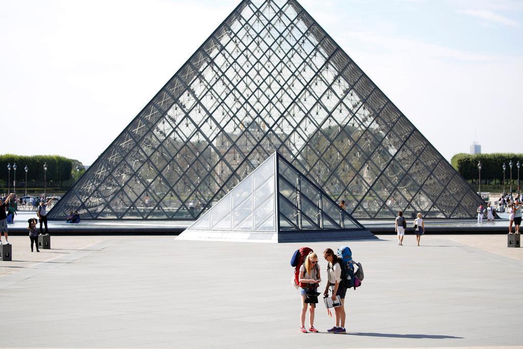 イオ・ミン・ペイ氏の設計による、パリ・ルーブル美術館のガラスのピラミッド=2016年(ロイター=共同)