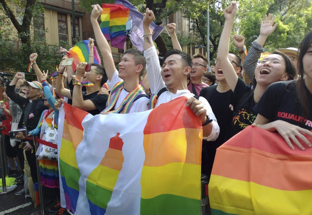 同性婚容認法案が可決し、喜びにわく台湾の支援者たち(AP)