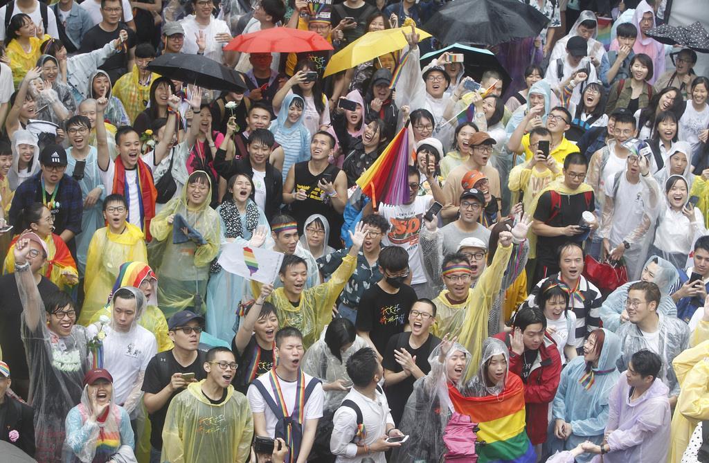 同性婚容認法案が可決し、抱き合って喜ぶ台湾の支援者たち(AP)