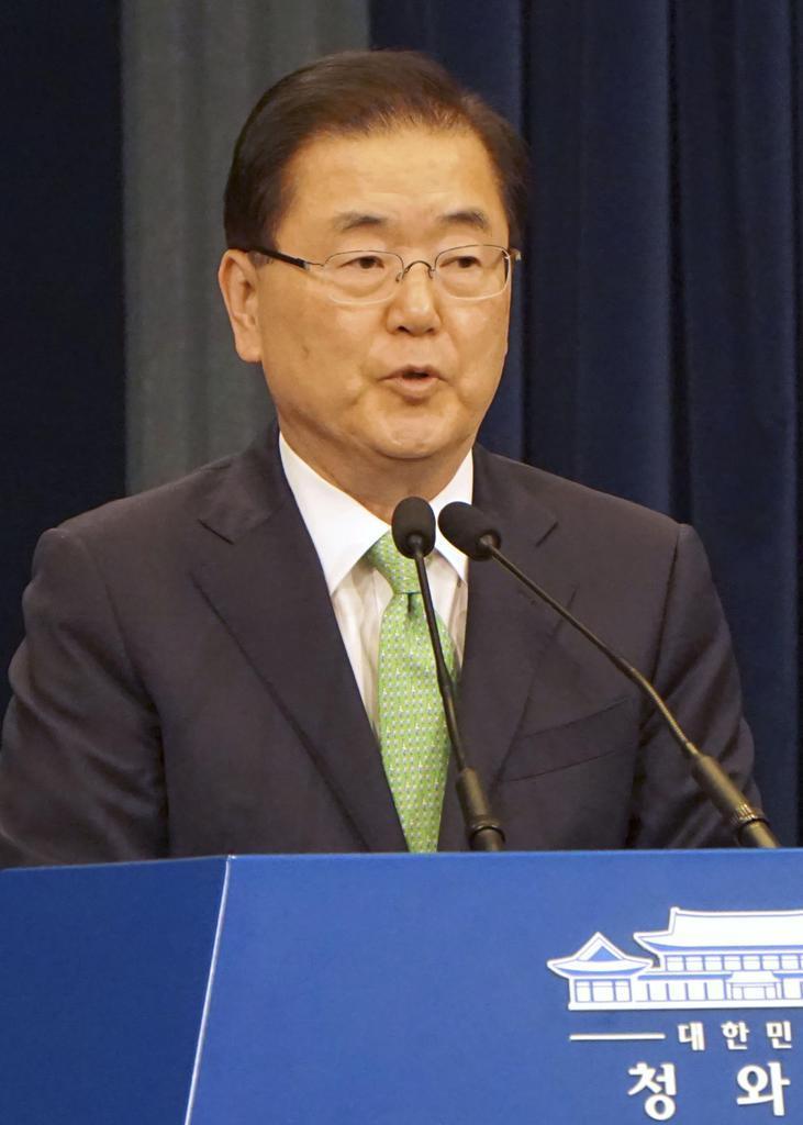 記者会見する韓国の鄭義溶・大統領府国家安保室長=17日、ソウル(共同)