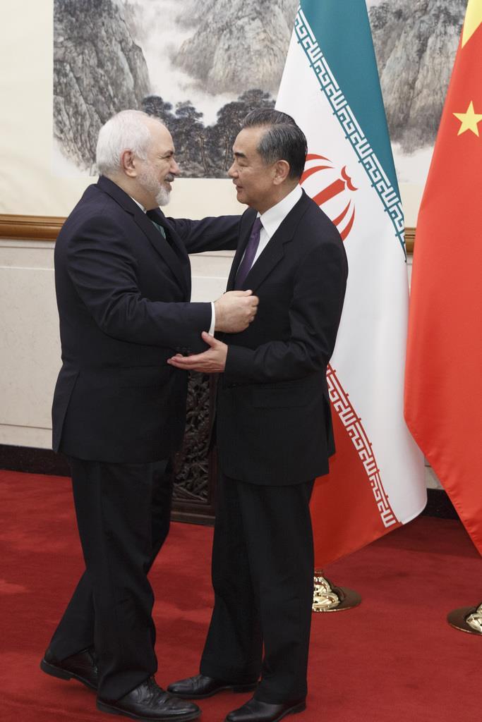 訪中し、王毅国務委員兼外相と言葉を交わすイランのザリフ外相(AP)