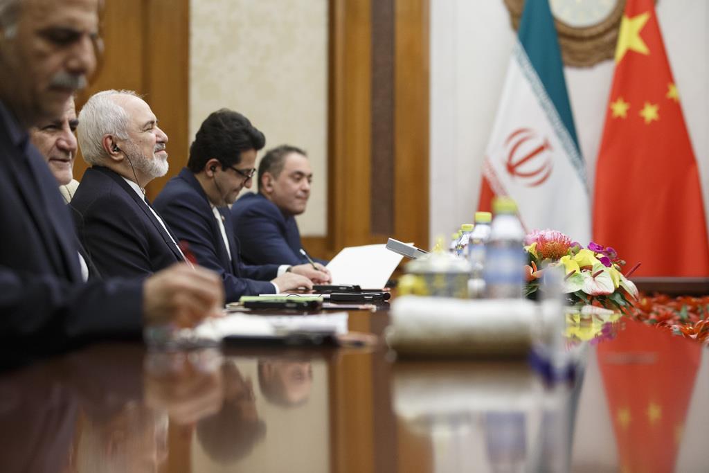 中国の王毅国務委員兼外相と会談するため、訪中したイランのザリフ外相(右から3人目、AP)