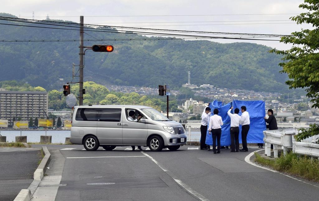 保育園児が死傷した事故現場の状況を調べる捜査員ら=15日午前10時18分、大津市