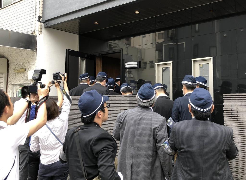 神戸山口組本拠事務所の家宅捜索に入る県警の捜査員=5月16日、神戸市中央区(中井芳野撮影)